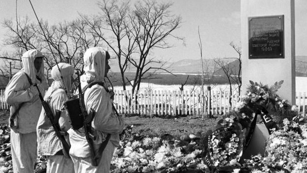 Памятник советским военнослужащим, погибшим во время конфликта на Даманском и российские пограничники