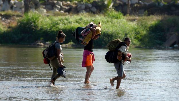 Guatemaltecos cruzando la frontera con México.