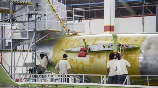 Los empleados ensamblan el Legacy 500 en una planta de Embraer en Sao Jose dos Campos, estado de Sao Paulo.