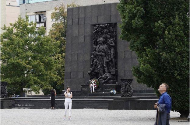 位於華沙波蘭猶太人歷史博物館附近的起義紀念碑。
