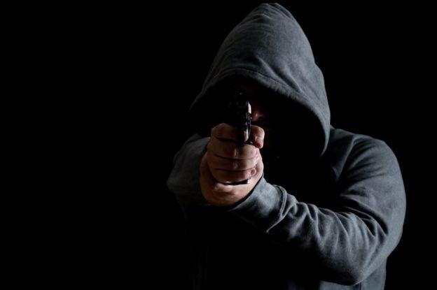 Hombre apuntando con un arma