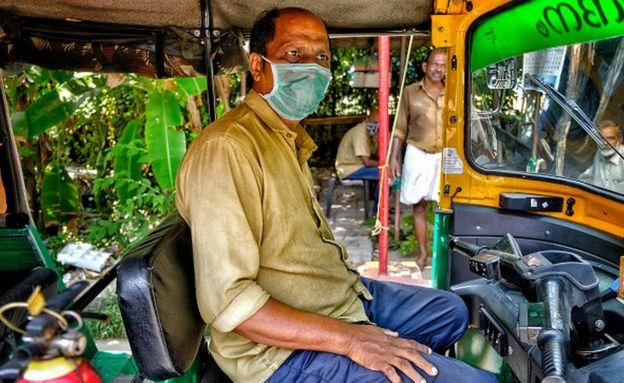 Conductor de taxi tuktuk en Kerala