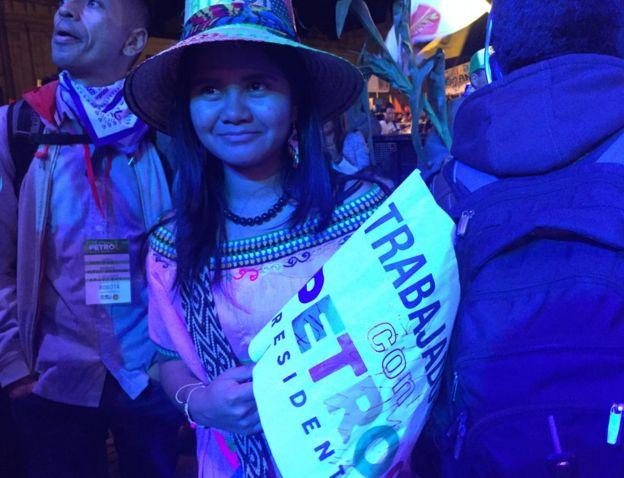 Joven indígena con la bandera de Petro