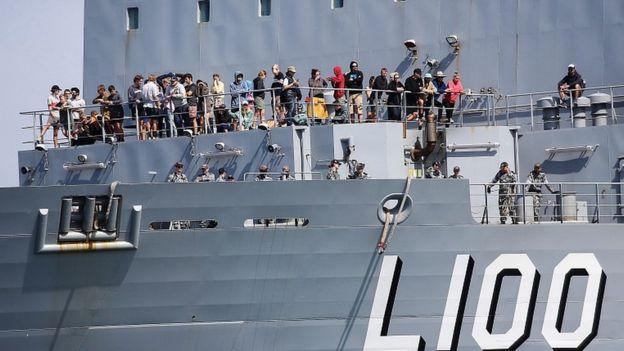HMAS Choules llega, con más de 1,000 evacuados, desde Mallacoota al puerto de Hastings en Victoria, Australia, el 04 de enero de 2020