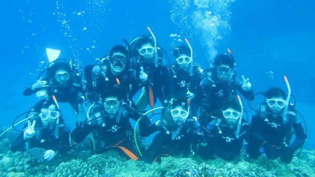 Grupo de mergulhadores embaixo d'água