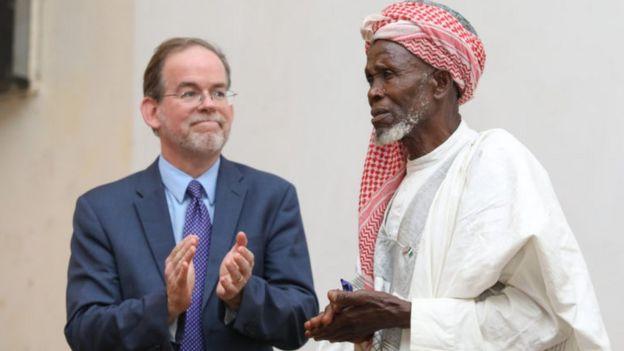L'imam Abdullahi Abubakar et le chargé d'affaires de l'ambassade des Etats-Unis au Nigeria.