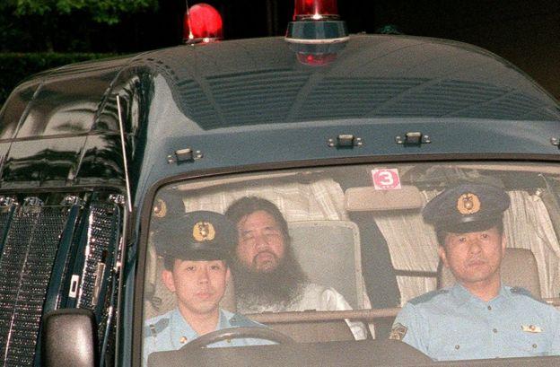 Shoko Asahara siendo llevado por la policía japonesa.