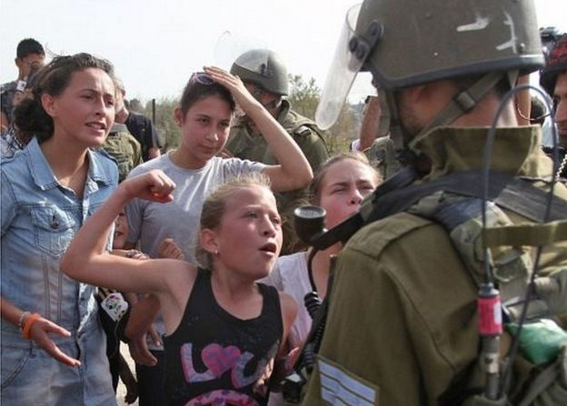 Cuando tenía 11 años, Ahed Tamimi ya fue filmada enfrentándose a soldados israelíes.