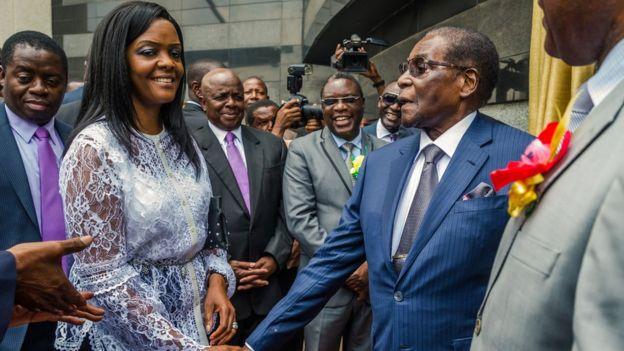 Robert Mugabe (R) na Grace Mugabe 9 Novemba 2017