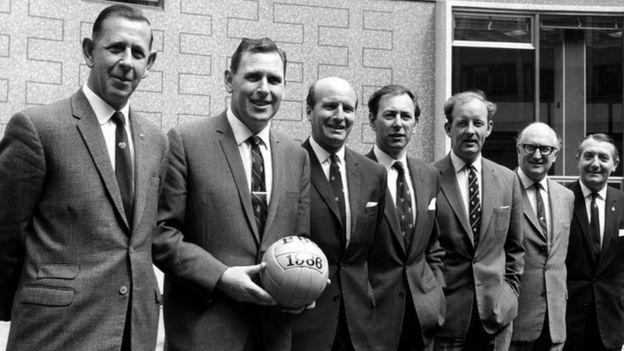 Aston con miembros de la BBC.