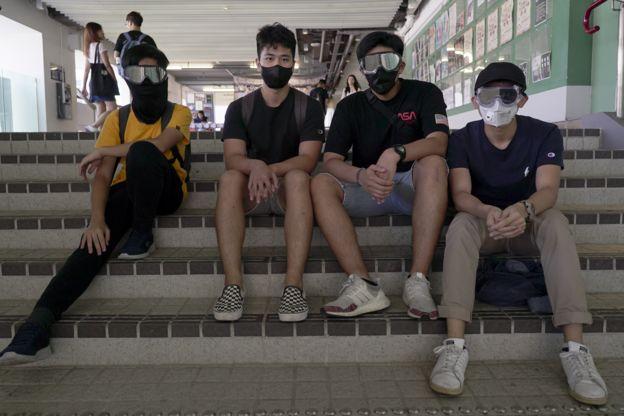 Charlie W. (camiseta amarela) e amigos antes de manifestação em Hong Kong