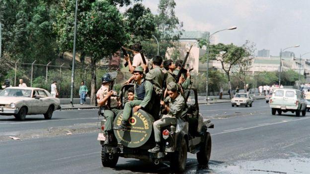 Ejército patrullando avenida en caracas.