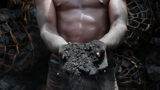 Homem com carvão