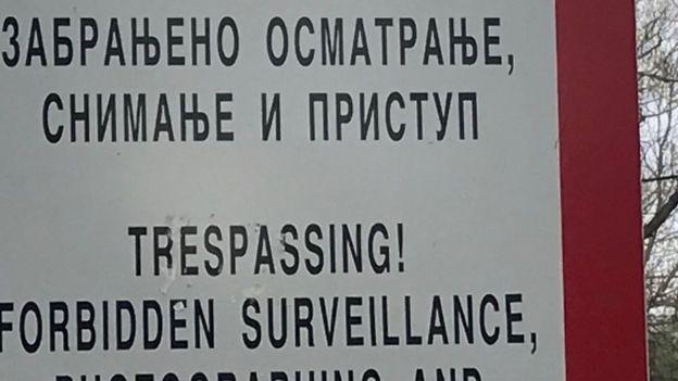 upozorenje na ulazu u bazu
