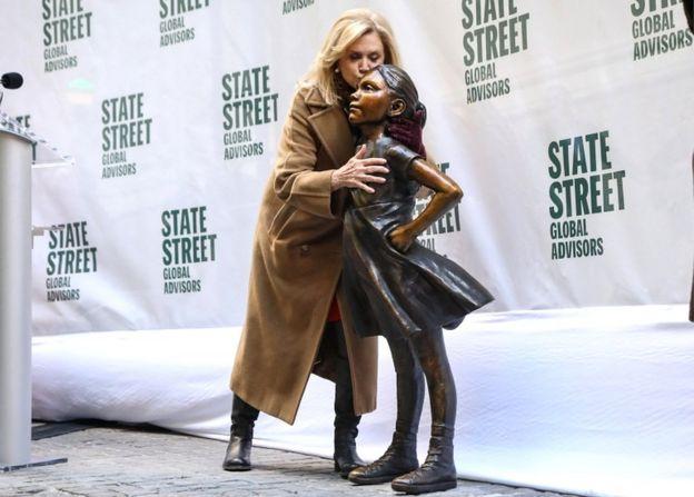 کارولین مالنی، نماینده نیویورک در مجلس نمایندگان آمریکا در مراسم رونمایی از مجسمه در نیویورک