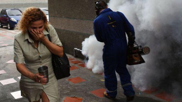 Trabajador fumigando.