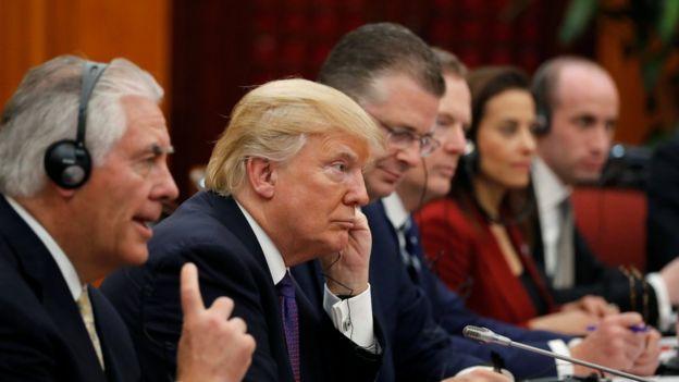 Donald Trump, con su secretario de Estado, Rex Tillerson, a su derecha.