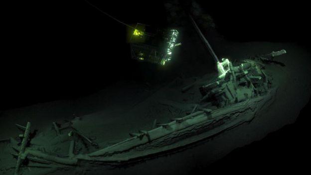 Exploración de restos de barcos en el fondo del mar.