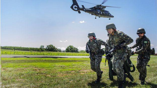 Quatro homens do Exército durante treinamento