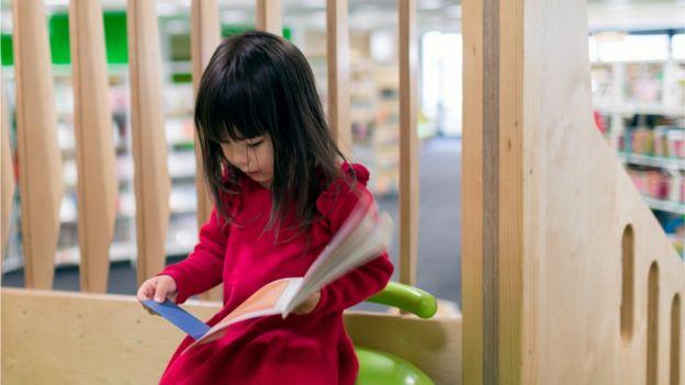 Criança em biblioteca na Suiça