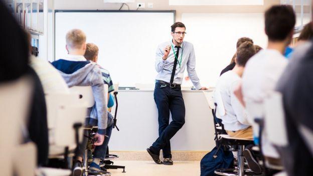 Un profesor dando clases en Estonia.