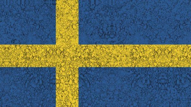 Bandeira sueca pintada no asfalto