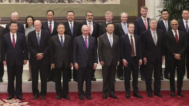 Imagen del presidente de China, Xi Jinping, junto a los jefes de Facebook y Microsoft. (Foto: China News)