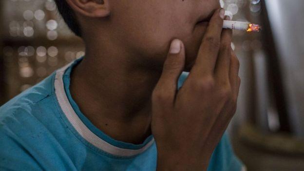 Adolescente fumando na Indonésia