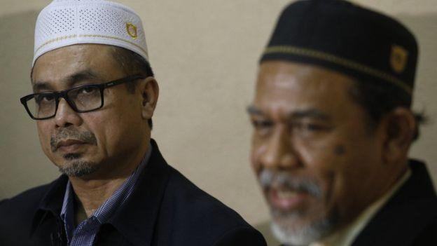 นายสุกรี ฮารี (ซ้าย) หัวหน้าคณะพูดคุยสันติสุขจังหวัดชายแดนภาคใต้ จากฝ่ายมารา ปาตานี