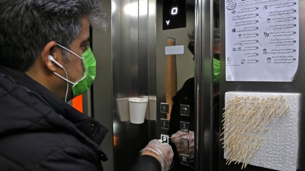روش ابداعی برای مقابله با شیوع کرونا در تهران، استفاده از خلال دندان برای فشار دادن دکمه های آسانسور