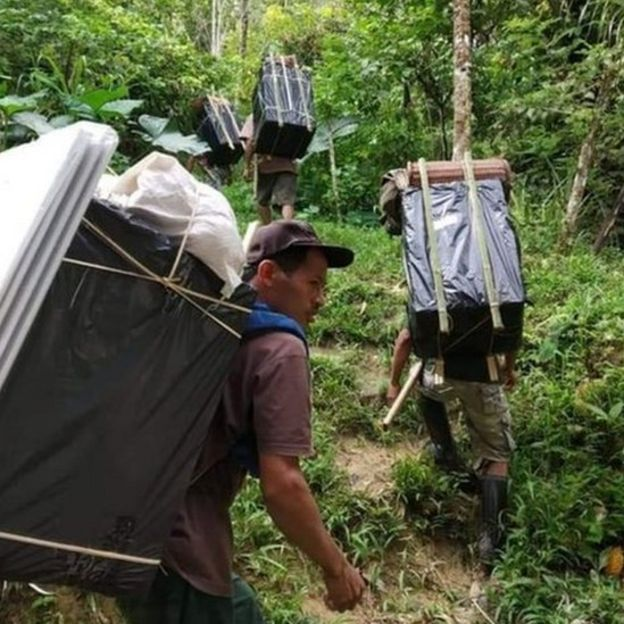 Butuh waktu dua hari untuk mengantarkan surat suara ke Desa Baloadoda dengan berjalan kaki. (KPUD Sulteng)