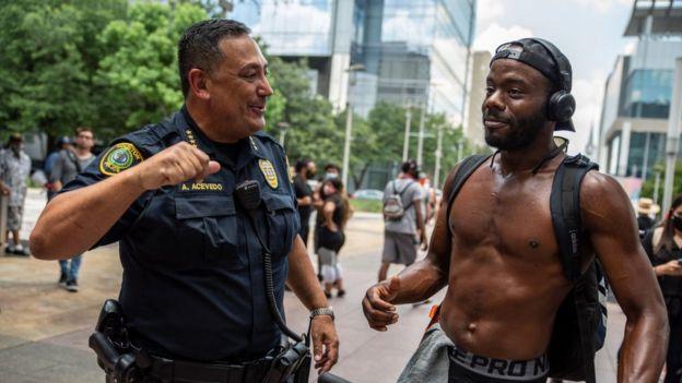 Art Acevedo con un ciudadano de raza negra durante una manifestación en Houston, 2 de junio de 2020