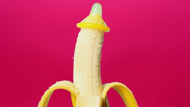 Camisinha em uma banana