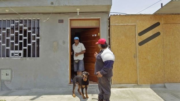 Willy en la puerta de la casa con su amigo y el perro de este