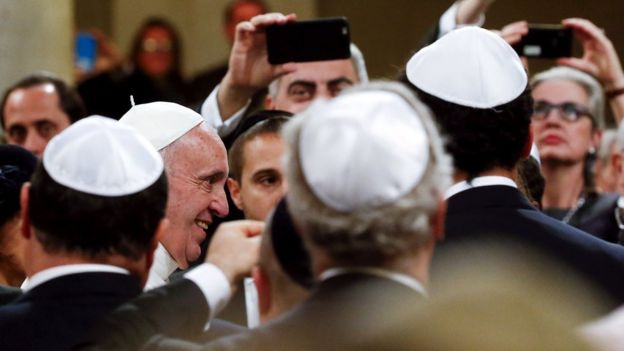 Pope Francis (2nd L) arrives at Rome's Great Synagogue