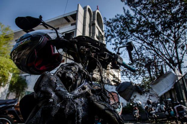 Kerusakan dan kehancuran di luar Gereja Pantekosta Surabaya, akibat serangan bom bunuh diri yang dilancarkan keluarga Dita yang disebut sebagai tokoh JAD pimpinan Aman Abdurrahman.