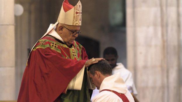 Un ancien joueur de Manchester United ordonné prêtre (photos)