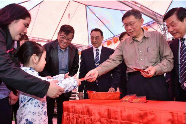 民调与人气依旧的台北市长柯文哲,也在新年的时刻发送红包。