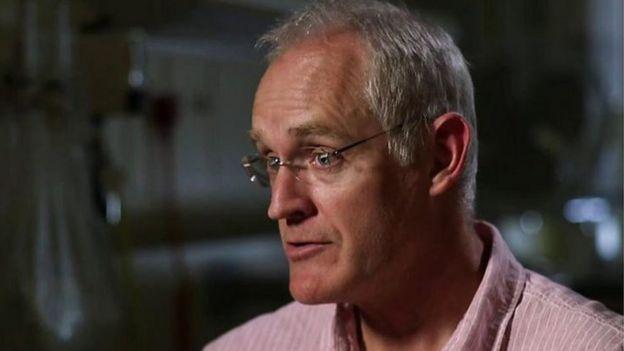 El doctor Duncan Murray, personal del departamento de cuidados intensivos del hospital de Salisbury.