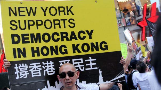 Một người biểu tình tại một cuộc biểu tình chống dẫn độ ở New York