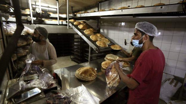 Trabajadores de una fábrica de pan