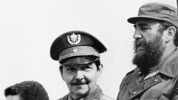 Raúl y Fidel Castro en 1975.