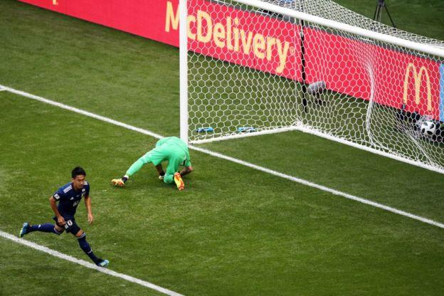 Kagawa engaña a Ospina y anota para Japón en el minuto 6 de partido.