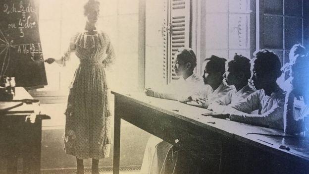 Cô giáo Pháp dạy các nữ học sinh Việt - ảnh tư liệu của C.A.O.M