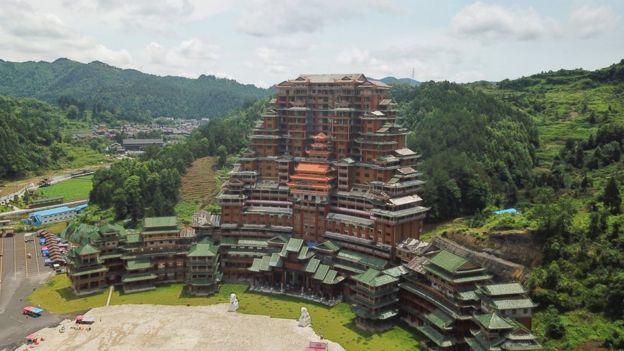 """""""天下第一水司楼""""是全木质框架榫卯结构建筑,申请了三项吉尼斯世界纪录。而独山县是中国的国家级贫困县。"""