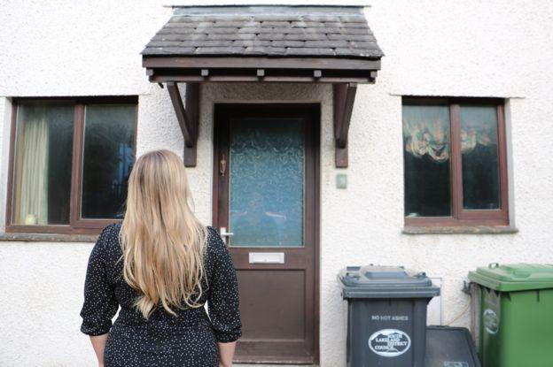 Jessica frente a la casa