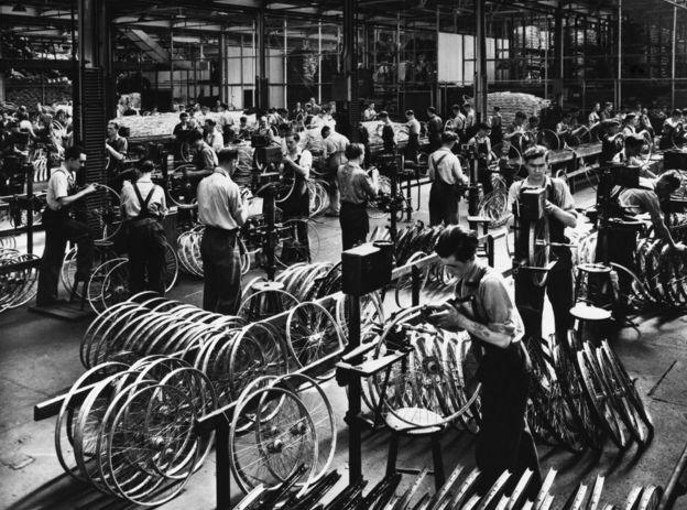 عمال في مصنع تجميع دراجات عام 1900