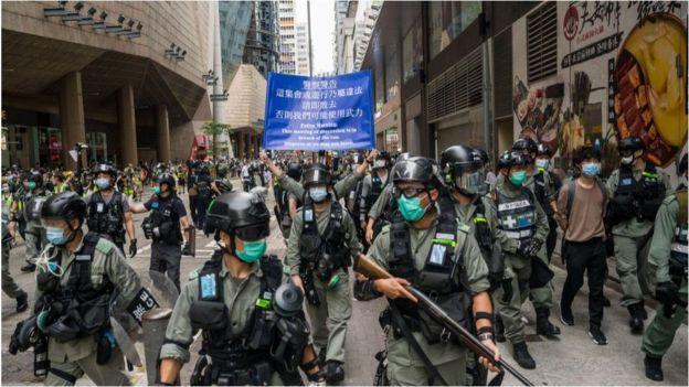 5月27日,威兹曼汽车配件香港警员在街头戒备。