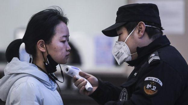 Mujer examinada en aeropuerto