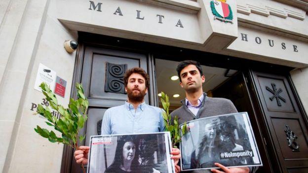Matthew (solda) ve kardeşi Paul anneleri için savaşıyor.